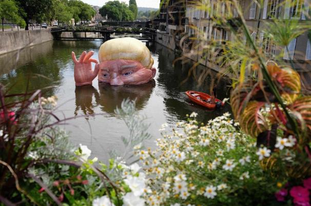تصاویر روز: از وقوع توفان در روسیه تا نصب مجسمه ترامپ در رودخانه ای در فرانسه